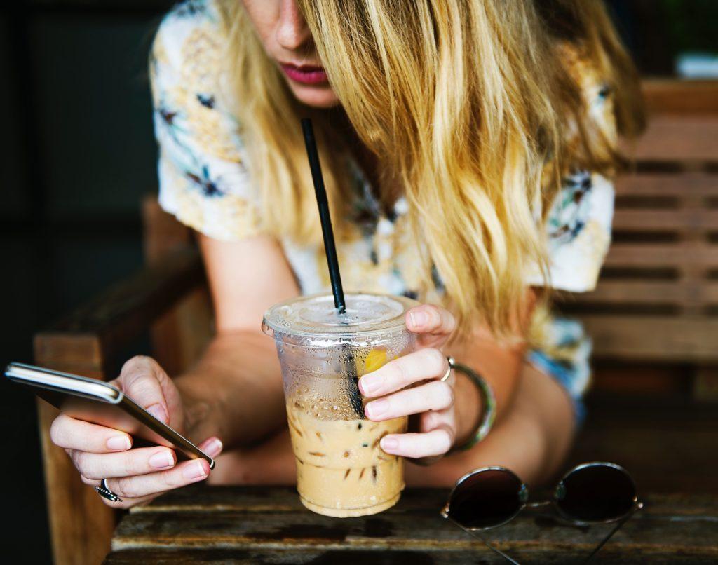 devojka-drži-telefon