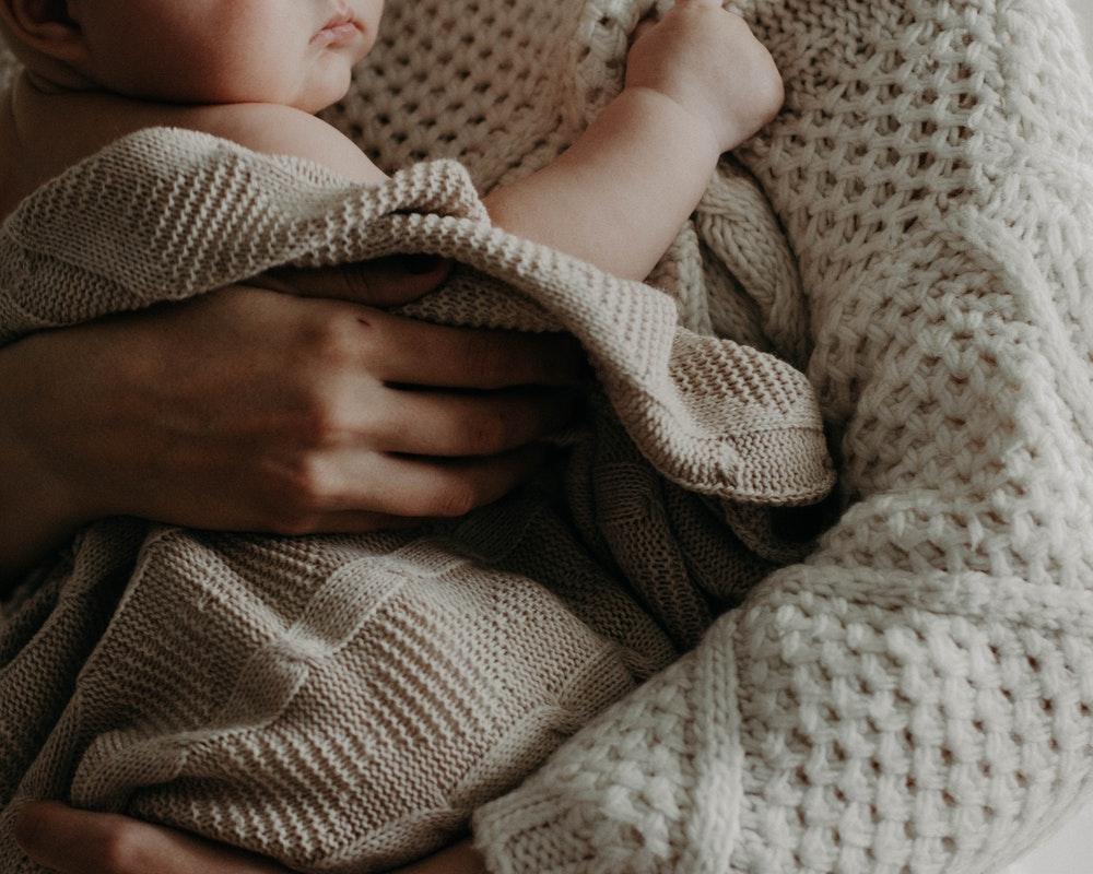 beba-u-naručju-mame